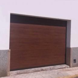 Puerta seccional acabado madera de Nogal